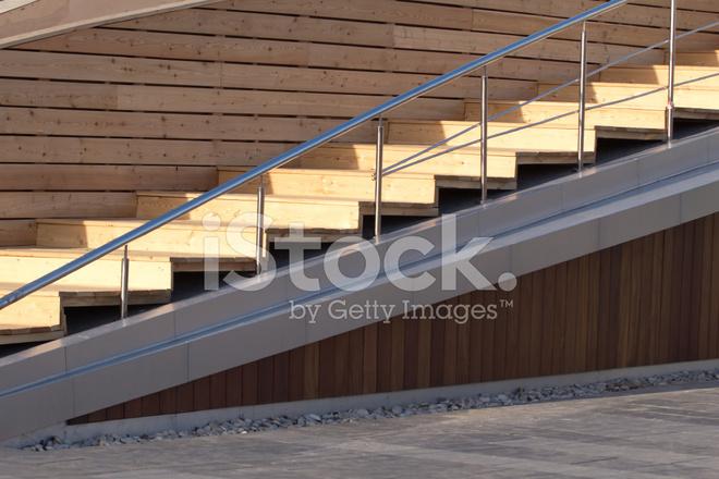 Escalier En Bois Avec Métal Garde Corps, Photo Horizontale photos ...