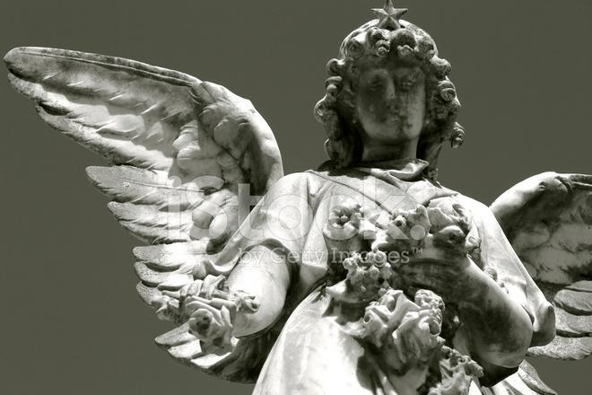 Ange Qui Pleure statue d'un ange qui pleure dans le cimetière et fleur photos