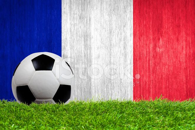 Футбольный Мяч На Траве С Фоном Флаг Франции Стоковые фотографии ... 1084da6e7f7