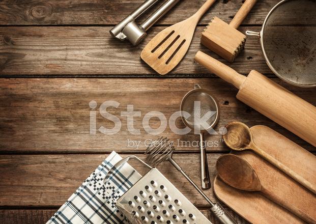 빈티지 Planked 나무 테이블에 시골 주방 용품 스톡 사진 - FreeImages.com