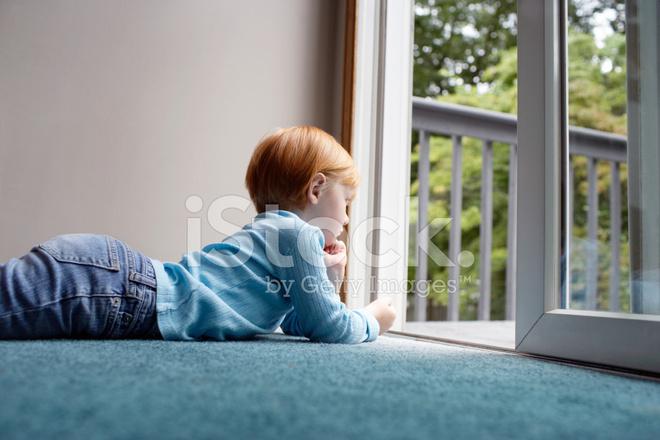 Tapijt Voor Balkon : Meisje op zoek via balkon liggend op tapijt stockfoto s