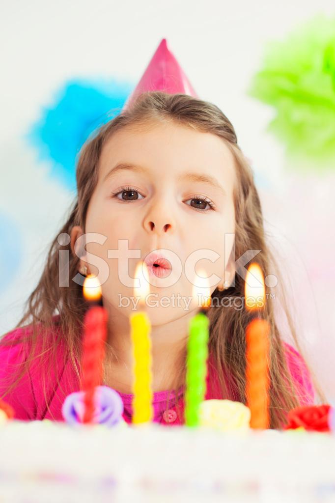 göra på födelsedag Lilla Flickan Att Göra En Födelsedag Önskar Stockfoton  göra på födelsedag