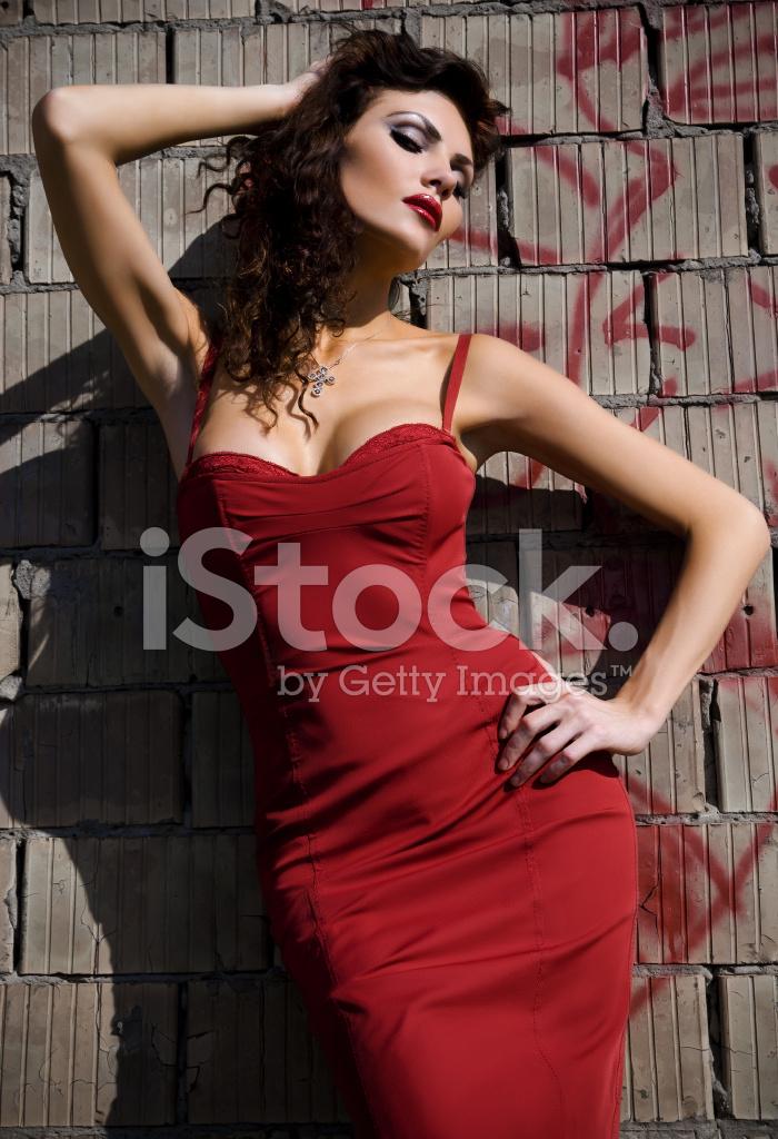 34972352b21319 DE Vrouw IN Een Rode Jurk Stockfoto s - FreeImages.com