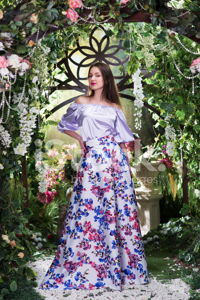Çiçek Bahçesinde Uzun Elbiseli Stok Fotoğrafları - FreeImages.com