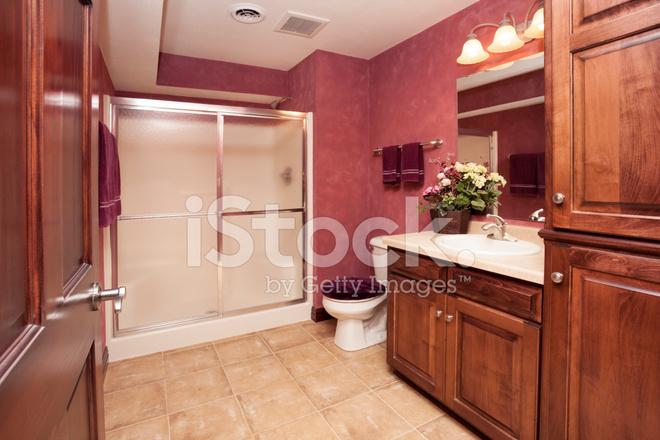 Elegante badkamer in afgewerkte kelder stockfoto s freeimages
