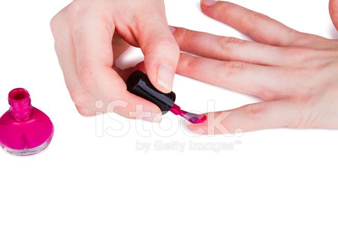 Почему огромное количество женщин и девушек красят ногти красным лаком??