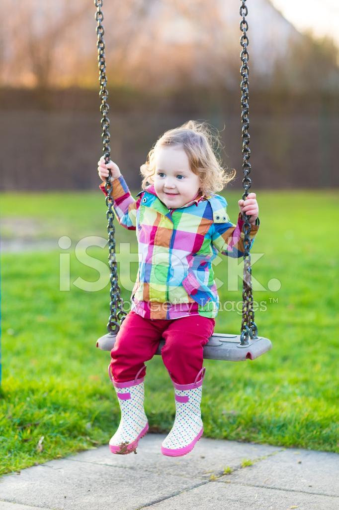 Baby Schommel Tuin.Gelukkig Lachen Meisje Van De Baby Plezier Op Schommel In Tuin