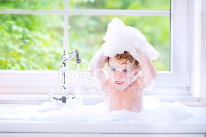 Lustige Baby Madchen Spielen In Eine Grosse Kuchenspule Stockfotos