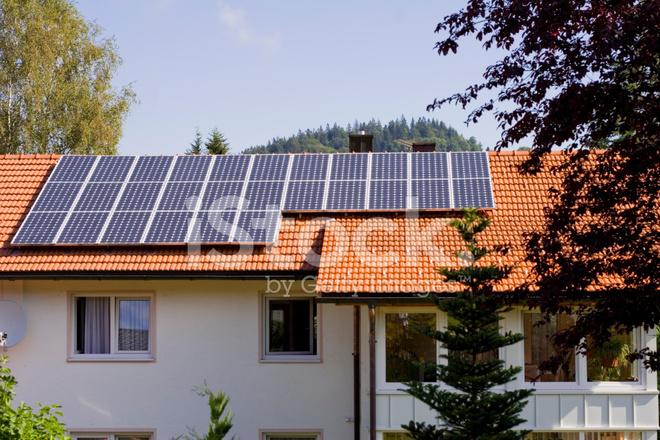 haus mit solarzellen auf dem dach stockfotos. Black Bedroom Furniture Sets. Home Design Ideas