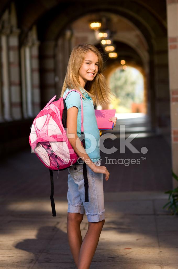 Premium Stock Photo of Studentessa Adolescente Con Zaino E Libri Sul Campus 06fd85a481ea