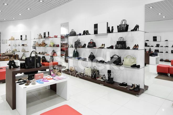 interieur van schoenenwinkel in moderne europese winkelcentrum