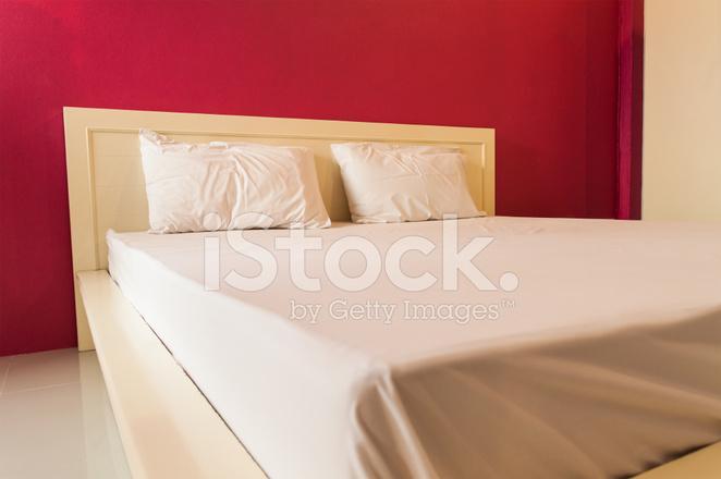 Pareti Camera Da Letto Rossa : Camera da letto con parete fotografie stock freeimages