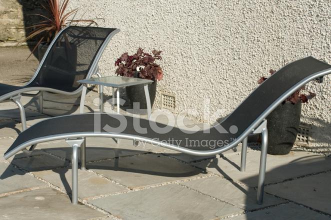 Ligstoel Voor Tuin : Moderne zilveren en zwarte ligstoelen voor tuin stockfoto s