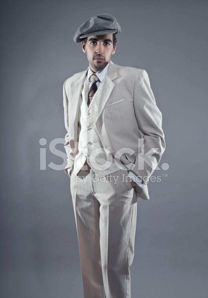 Premium Stock Photo of 白を着てマフィア ファッション男縞模様のスーツとグレーのキャップ。