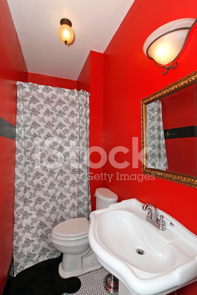 Rojo Pequeño Cuarto DE Baño Con Ducha Y Lavabo fotografías ...