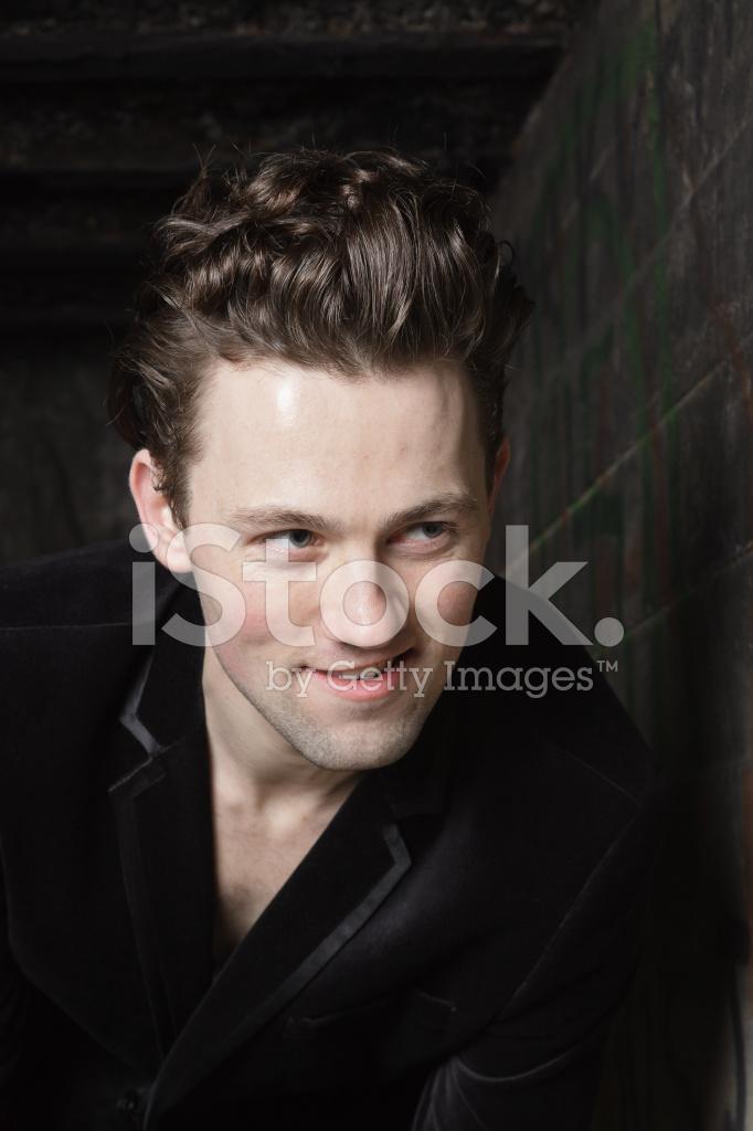Urban Mode Junger Mann Mit 50er Jahre Frisur In Schwarz Stockfotos