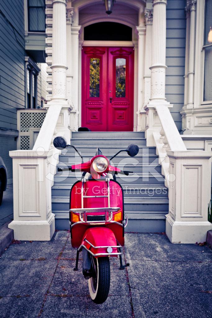 赤のベスパ スクーターと san francisco ハウス ストックフォト