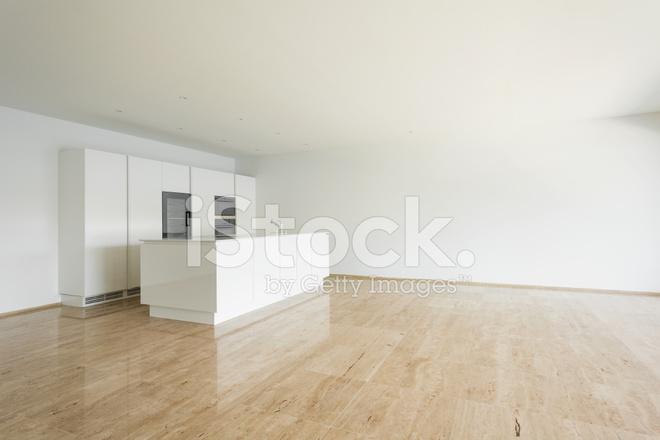 Mooie Witte Keuken : Mooie open plan tweede verdieping witte keuken u stockfoto alabn