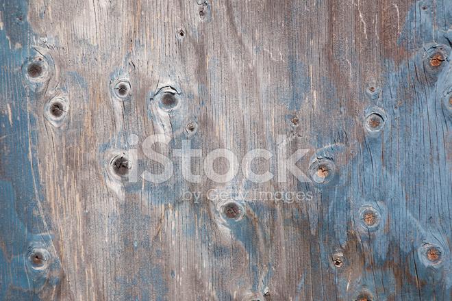 Grijze houten plank met knopen en blauwe verf stockfoto s