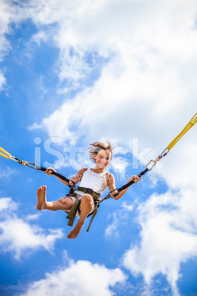 ma a dziewczynka skoki na bungee w skokach na trampolinie. Black Bedroom Furniture Sets. Home Design Ideas