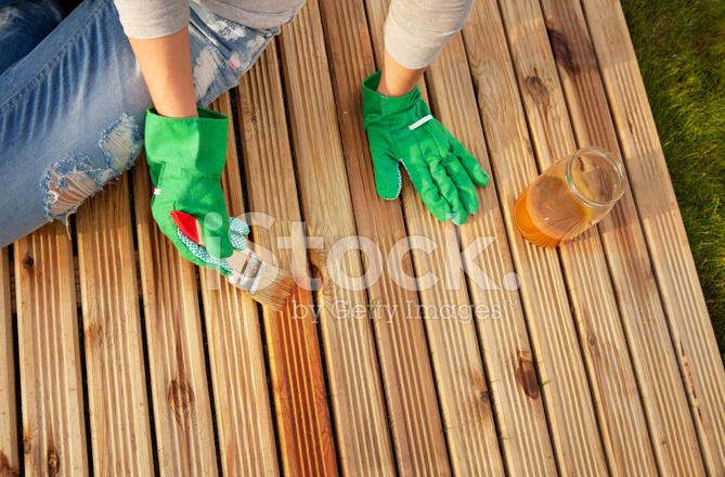 Holzfußboden Terrasse ~ Schutzlackierung anwenden auf einer terrasse holzfußboden stockfotos