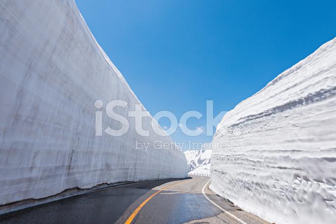 Vägen mellan snö vägg på tateyama kurobe alpine rutt, japan ...