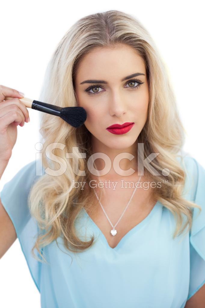 Schwere Blonde Modell Im Blauen Kleid Make Up Anwenden Stockfotos