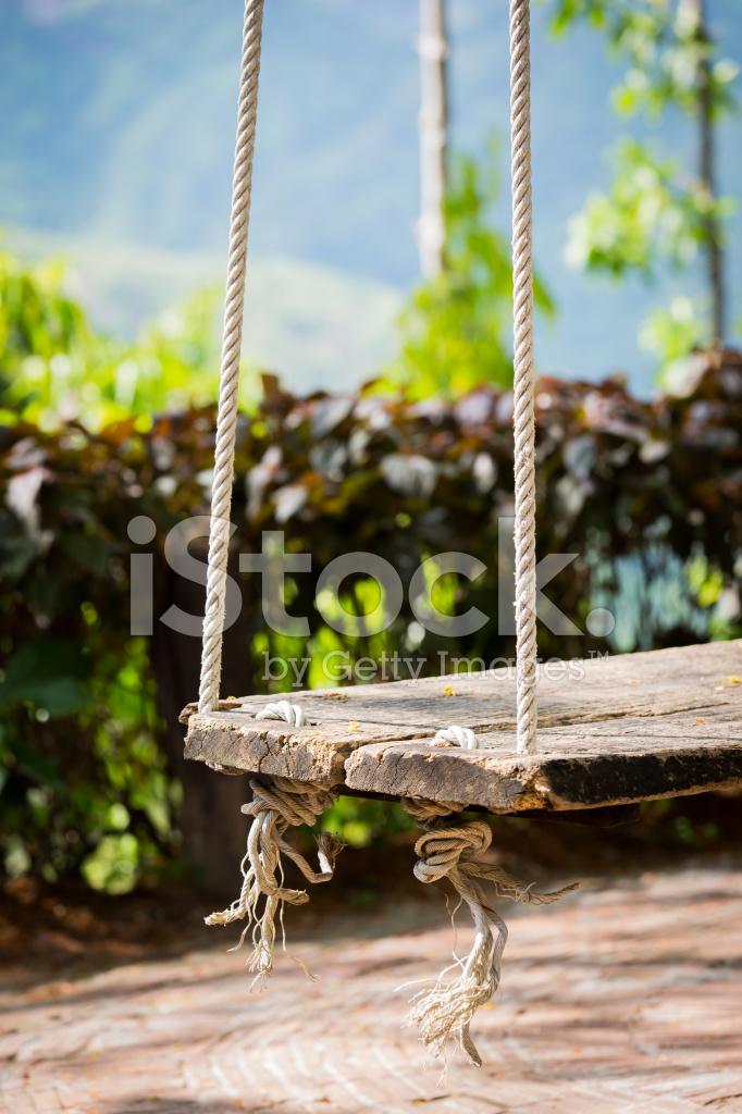 Columpio jard n vintage de madera viejo colgando de un - Columpio madera jardin ...