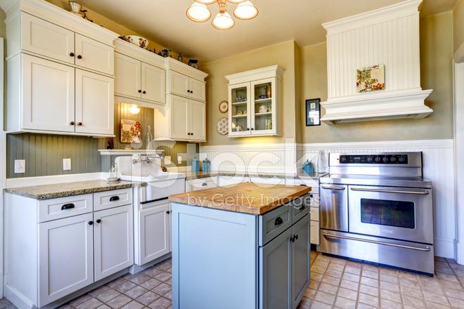 Keuken interieur in oud huis met eiland stockfoto s freeimages