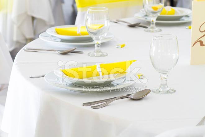 Matrimonio In Giallo E Bianco : Decorazione tavola matrimonio giallo e bianco fotografie stock