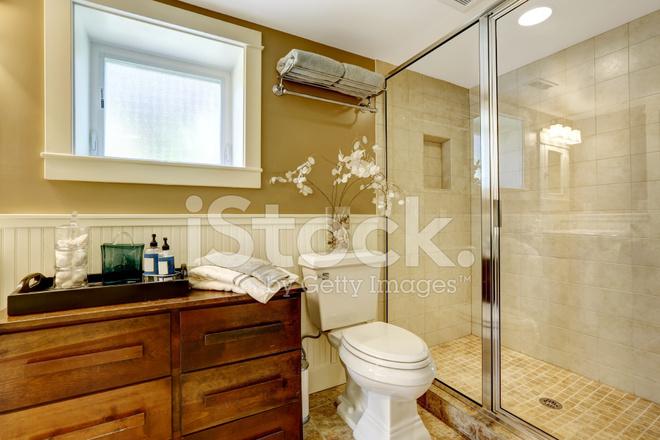 Moderne badkamer interieur met glazen deur douche stockfoto s