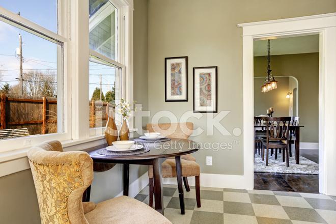 Piccola Sala Da Pranzo : Piccola sala da pranzo in cucina fotografie stock freeimages.com