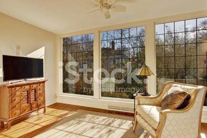 Sedie Depoca : Veranda luminosa con sedia depoca e tv fotografie stock