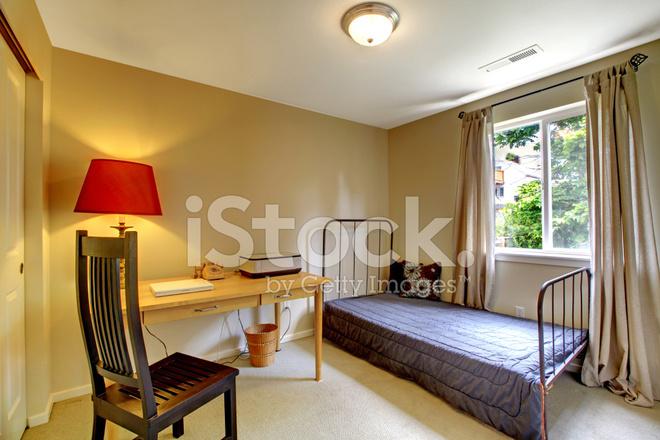 Slaapkamer Met Antieke Ijzeren Frame Bed En Bureau Stockfoto\'s ...