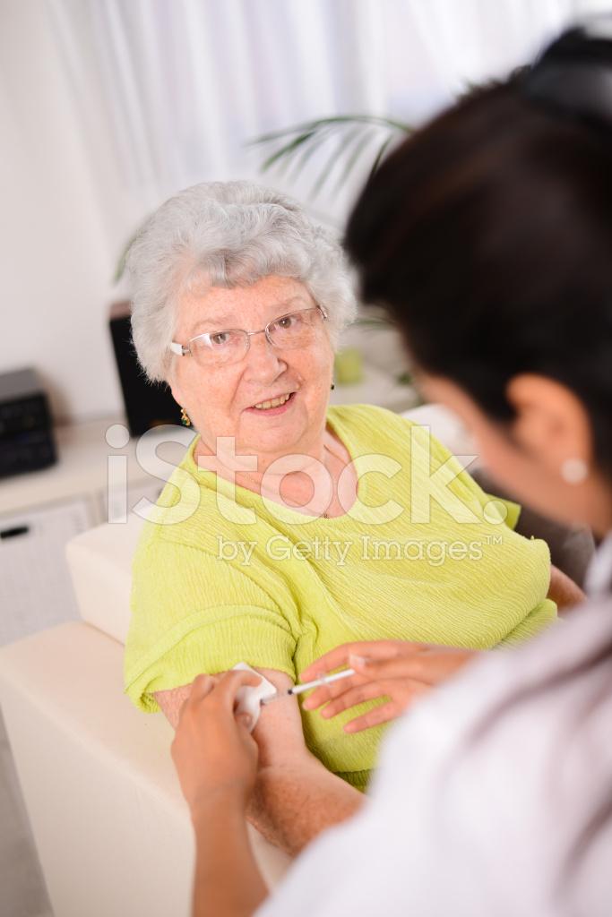 Фото пожилая сидит на молодой девушки пирсингом киски