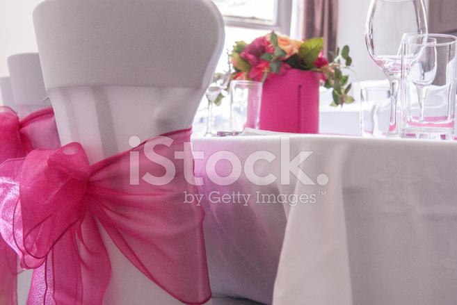 Weißer Stuhl Abdeckungen Mit Rosa Schärpe Tabelle Blumen Stockfotos