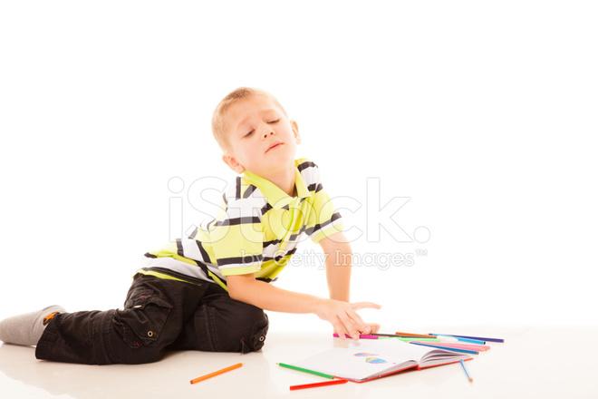 Niño Chico Dibujando Con Lápices DE Colores Fotografías de stock ...