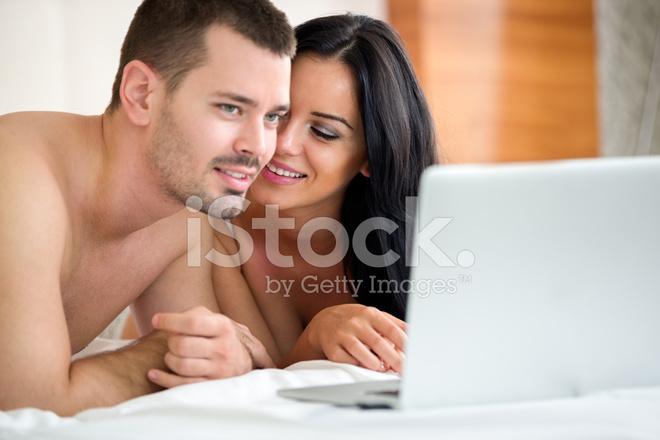 Пара смотрит порно по телевизору