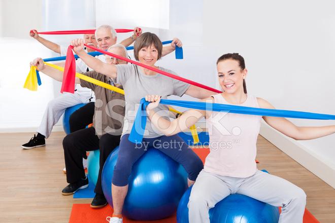 mensen met weerstand bands zittend op fitness ballen stockfoto\u0027sFitness Ballen #1
