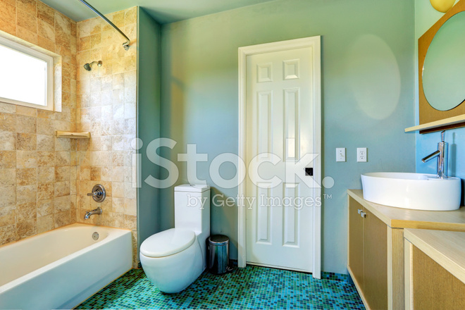 Badkamer Interieur IN Lichtblauw Met Tegel Wand Trim Stockfoto\'s ...