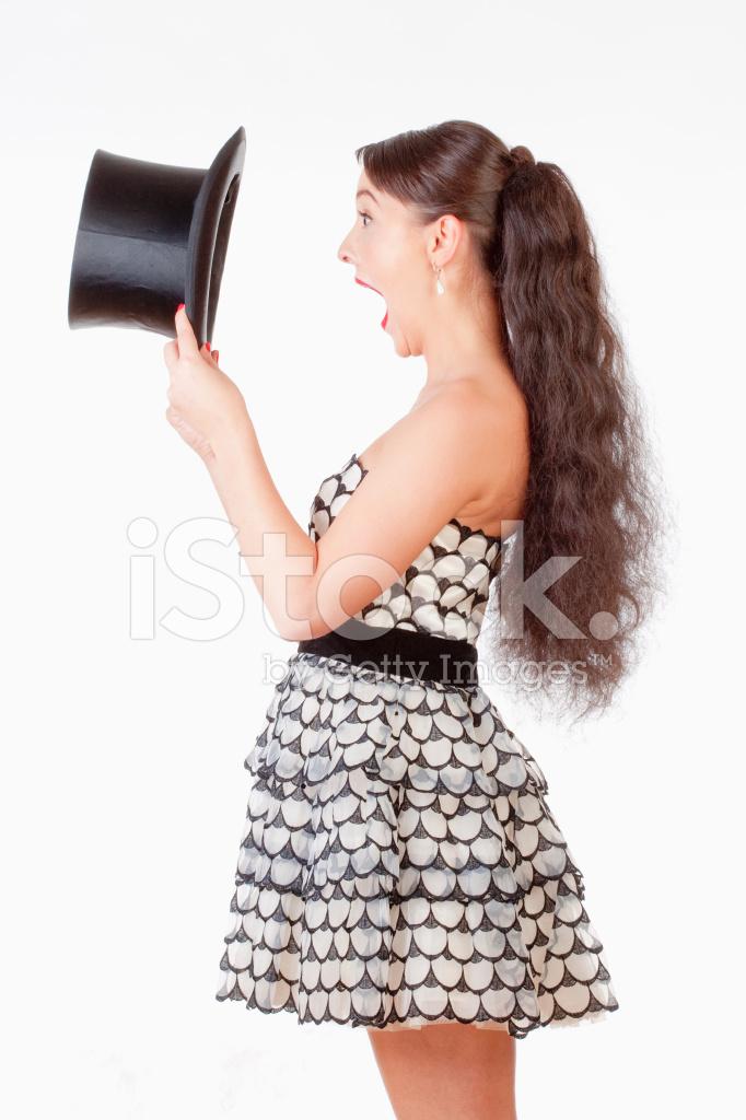 Giovane Donna Con LA Bocca Aperta Guardando Dentro IL Cappello Nero ... 99decbb4b164