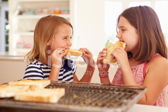 ĸ�个女孩在厨房里烤面包上吃奶酪 Dž�片素材 Freeimages Com