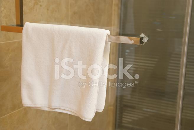 Asciugamano appeso sulla porta di un bagno con doccia fotografie stock - Porta asciugamano bagno ...