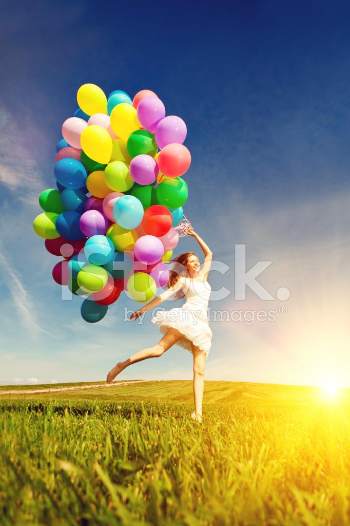 Gelukkige Verjaardag Vrouw Tegen De Hemel Met Regenboog Lucht