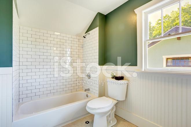 Badezimmer Einrichtung Mit Weißen Und Grünen Wand Trim