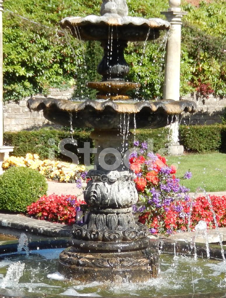 bild der schönen steinerner brunnen im garten, dekorative wasser fe