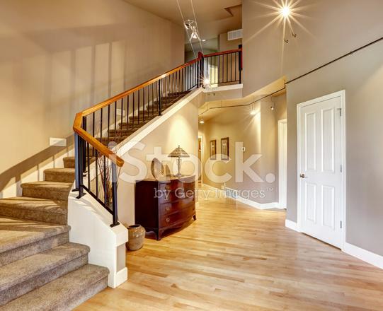 Pasillo con escalera en casa de lujo fotograf as de stock for Escaleras de casas de lujo