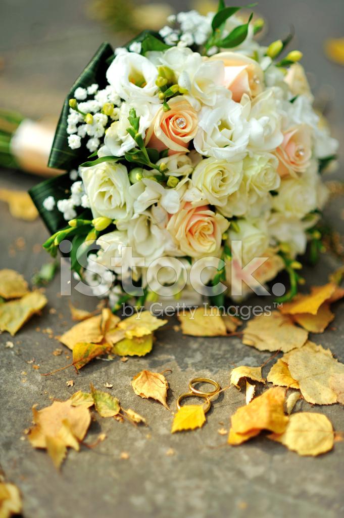 Bouquet Sposa Nozze Doro.Bouquet Da Sposa E Anelli Di Nozze D Oro Fotografie Stock
