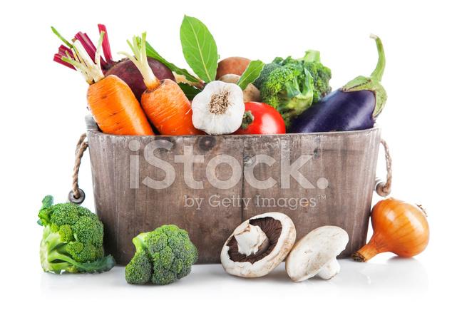 урожай овощей в деревянные корзины стоковые фотографии
