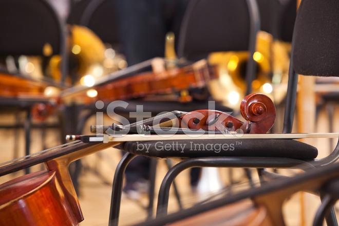 Griffbrett Violoncello Liegen Auf Einem Stuhl Stockfotos